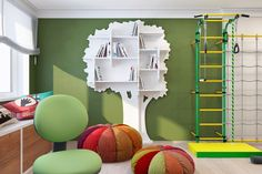 green peace - тематический интерьер детской комнаты с множеством элементов, соответствующих интересам ребенка. Это открытые книжные полки в виде веток дерева, пуфы-урожай баштанов, прекрасно оборудованная подоконная зона отдыха у окна. Все сделано для удобства, комфорта и безопасности ребенка.