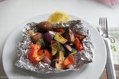Zutaten für 2 Portionen: 1/4 Zucchini 1/2 Paprikaschote 1 rote Zwiebel 4 Stück Champignons Für die Marinade: 1TL Currypulver 1TL Zucker 1 TL Basilikum 1 TL Kräuter de Provence 1 Prise Chiliflocken ( wenn man es etwas schärfer mag ) 2 EL dunklen Balsamicoessig 2 EL Olivenöl Außerdem: Zitrone zum beträufeln Zubereitung: Das Gemüse in mundgerechte Stücke schneiden. Alle Zutaten für die Marinade verrühren und das Gemüse darin schwenken, bzw. von allen Seiten einpinseln. Aus Alufolie 2 Päckchen…