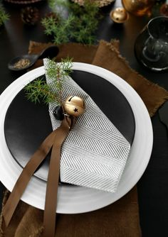 NATURAL CHRISTMAS TABLE SETTING - Therese Knutsen Natural Christmas, Christmas Table Settings, Tablescapes, Plates, Nature, Interior, Black, Xmas, Mesas