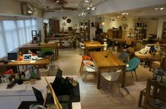 HOWE Cafe 工廠區的木調cafe  HOWE環境寬敞,集Cafe與傢具店於是一身,提倡簡約環保。售賣的傢具以實木為主,Cafe所用到的枱櫈及擺設都可購買。看完傢具,不妨可以坐下來享受美食。All Day Breakfast、沙律、意粉及甜品,款式不少。HOWE亦設有天台。天台擺放了不少綠色植物,讓客人可以在戶外用餐。  地址:觀塘興業街19號明生工業大廈11樓  查詢電話3689 0085
