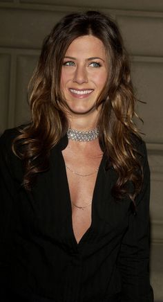 Jennifer Aniston has tried a lot of hairstyles (including some more. Here, a look back at her best hairstyles, cuts, and colors. Jennifer Aniston Horrible Bosses, Jennifer Aniston Pictures, Jennifer Aniston Style, Jennifer Aniston Brown Hair, Nancy Dow, Great Hairstyles, Celebrity Hairstyles, Jennifer Aninston, Jennifer Lawrence