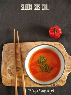 Domowy SŁODKI SOS CHILI - szybki przepis bez gotowania - WegePedia Bon Appetit, Thai Red Curry, Chili, Gluten Free, Vegetarian, Vegan, Spreads, Ethnic Recipes, Sauces