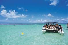 Os catamarãs levam os turistas até as galés, como é conhecido o conjunto de piscinas naturais de Maragogi