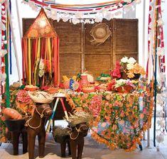 Com uma mistura de elementos da fazenda, como objetos de madeira, chapéu de palha, toalhas de chita e flores naturais é possível montar um cenário bem descolado. Nesta montagem, tecidos e fitas de cetim foram a base da decoração. #festajunina #decoração