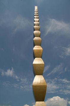"""The Infinite Column"" of Constantin Brancusi, Targu Jiu, Romania Brancusi Sculpture, Art Sculpture, Modern Sculpture, Romania People, Wonderful Places, Beautiful Places, Constantin Brancusi, Beaux Arts Paris, Street Art"