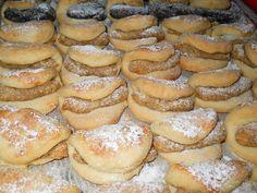 Diós és mákos félbehajtott kiflik, napokig eltartható édes csoda! Pretzel Bites, Hamburger, Bread, Desserts, Dios, Tailgate Desserts, Deserts, Brot, Postres
