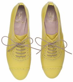 keltaiset herrainkengät Valentino, Pretty Ballerinas, Leather Brogues, Oxfords, Patent Leather, Sock Shoes, Looks Great, Fashion Shoes, Oxford Shoes