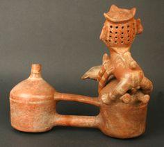 72/ VICUS - Botella asa puente silbato: representación erótica. Museo Chileno de Arte Precolombino. Nombreux thèmes communs avec les Moche. http://www.precolombino.cl/coleccion/botella-asa-puente-representacion-erotica/