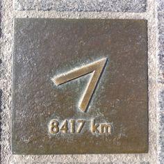 So groß ist die Entfernung von der Maria Theresienstraße nach New Orleans, unserer Partnerstadt. Bronzetafel, in der Straße eingebracht. Bronze, Innsbruck, New Orleans, Door Handles, Symbols, Letters, Home Decor, Distance, Decoration Home