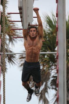 Zac Efron, alerte aux muscles