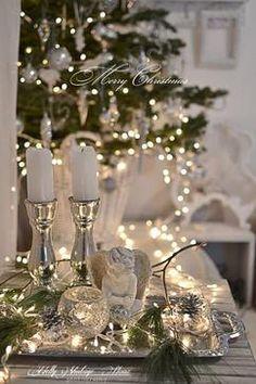 Een dienblad als kerst decoratie in zilver/wit geeft een sfeervol geheel.... Nodig : in het zilver ...kandelaars - windlichtjes wit ....kerst figuur - kaarsjes - led verlichting en wat takjes groen .