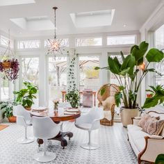 Beautiful indoor plants ideas for Sunroom. Sun room design ideas with low light plants. Amazing sun-room design ideas with beautiful plants. Outdoor Living Areas, Outdoor Dining, Indoor Outdoor, Sunroom Decorating, Sunroom Ideas, Decoration Plante, Home Decoration, Farmhouse Side Table, Rustic Table