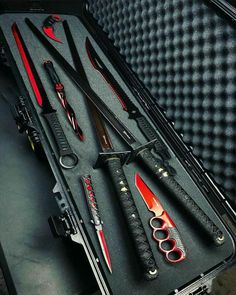Beautiful set of matching katanas and other blades – katana Anime Weapons, Weapons Guns, Fantasy Weapons, Zombie Apocalypse Survival Weapons, Zombie Apocalypse Weapons, Armas Ninja, Pretty Knives, Cool Knives, Swords And Daggers