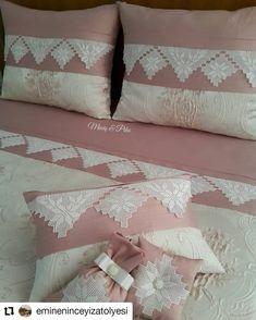 Görüntünün olası içeriği: 1 kişi, iç mekan Underwear Pattern, Bed Pillows, Cushions, Bargello, Crochet Motif, Diy Clothes, Comforters, Pillow Cases, Wedding Decorations