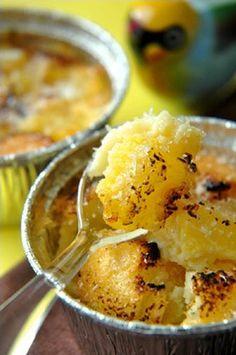 Clafoutis ananas-coco 500 g d'ananas frais (ou en morceaux surgelés)150 g de sucre 90 g de farine 80 g de noix de coco râpée 4 oeufs 40 cl de lait de coco 6 cuillères à café de sucre (pour le caramel)
