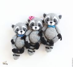 From Anastasia Kirs. Precious family of amigurumi crochet raccoons. This would be such a fast and easy project to put together and would make a fun gift for a little girl or anyone who collects miniatures. Crochet Cross, Crochet Home, Cute Crochet, Crochet Dolls, Crochet Baby, Knit Crochet, Animal Knitting Patterns, Stuffed Animal Patterns, Amigurumi Patterns