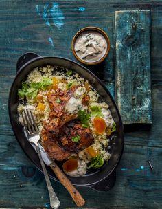 Tandoori csirkecomb - aszalt barackkal, kuszkusszal, joghurt mártogatóssal | A tandoori csirke nevét egy hagyományos indiai főzési módszerről kapta: a tandoori egy hordó alakú agyagtál, melyben megfőzve az ételt még ízletesebb lesz. Bár agyagtálat nem csomagolunk a dobozba, mégis biztosítunk arról, hogy receptünket követve remek ízélmény vár rád és az egész családra. A csirke pikáns ízét a tandoori masala adja, mely egy speciális indiai fűszerkeverék, amit a joghurtos mártogatós, az aszalt… Tandoori Masala, Ethnic Recipes, Food, Essen, Meals, Yemek, Eten