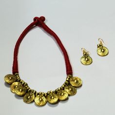 This set is made by tribal women of Jharkhand. The NGO Avika trains tribal women to make different products, gives them raw material and the products are sold at different places including Villcart's website. Avika plays an instrumental role in providing livelihood to these tribal women who have absolutely no income opportunities.