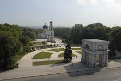 Catedral de Chisinau, Moldavia.  En 1840, alrededor de la catedral comenzó la construcción del Arco del Triunfo, también llamado la Puerta Santa, que, junto con la torre de la catedral y la campana, forman una cola. En el frente del Arco se instaló un reloj donado por el relojero Silberman en el siglo XIX y una campana de 6400 kg. La campana fue originalmente pensada para la catedral, pero teniendo en cuenta su peso, fue instalada en el interior de la Puerta Santa.