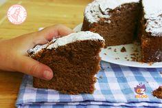 La torta soffice al cioccolato è un classico per la merenda o la colazione di tutta la famiglia. Morbidissima e golosissima piace a grandi e piccini.
