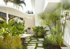 This week I came across an amazing project featured on Est Living's website that was too enticing not to share. Located in Sydney, Australia, it was originally built in the by George Reed with indoor-outdoor living as a staple of the design. Indoor Outdoor Living, Outdoor Spaces, House On A Hill, My House, Landscape Design, Garden Design, De Gournay Wallpaper, Residential Landscaping, House Photography