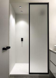 Steel look douchewand uitgevoerd door onze verdeler The Doors Brugge- first example of FROSTED glass screen Modern White Bathroom, Minimalist Bathroom, Beautiful Bathrooms, Bathroom Spa, Bathroom Toilets, Small Bathroom, Glass Shower, Frosted Shower Glass Door, Frosted Glass
