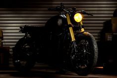 The Maltese Falcon: A Triumph Bonneville cafe racer with Ducati forks by Macco Motors. Triumph Bonneville Custom, Triumph Cafe Racer, Cafe Racer Bikes, Cafe Racers, Triumph Thunderbird Sport, Modern Cafe, Races Style, Bmw Series, Ducati Monster
