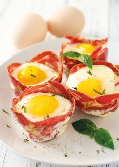QUICK AND EASY KETO CAPICOLA EGG CUPS Weekday mornings are pretty hectic in our house, and these Capicola egg cups are always there to save the day! I recommend prepping them on Sunday night to have them ready for the busy week ahead. Healthy Chicken Recipes, Low Carb Recipes, Diet Recipes, Egg Recipes, Clean Recipes, Keto Foods, Brunch, Diet Breakfast, Breakfast Recipes