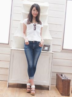 Sexy Jeans, Skinny Jeans, Asia Girl, Tops For Leggings, Beautiful Asian Women, Jeans Style, Asian Woman, Asian Beauty, Bell Bottom Jeans
