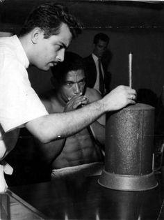 Copa de 1958 - Garrincha realiza exame médico organizado pela Confederação Brasileira de Desportos para treinos antes do Mundial na Suécia