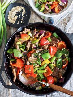 Spicy biff med grønnsaker #spicybiff #spicy #steak #vegetables #grønnsaker #biff #lettvint #lettvintmiddag #easy #easyrecipe #middag #dinner #middagstips Vietnamese Recipes, Vietnamese Food, Dinner Is Served, Cobb Salad, Beef Recipes, Spicy, Woks, Easy, Dinner Ideas