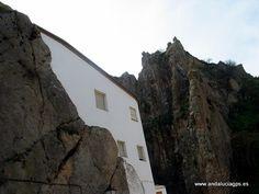 #Jaén #Cambil - Peña de Alhabar GPS  37.677833, -3.565606  Foto de Ginés Collado  Los castillos de Cambil y Alhabar se alzan encaramados en sobre dos imponentes peñas sobre el actual pueblo de Cambil, dos murallones casi verticales separados por un tajo labrado por el río. Estos castillos, citados por primera vez en 1315, parece que fueron erigidos por los nazaríes en torno a 1246. Fuente: http://www.monumentalnet.org/andalucia/jaen/cambil/cambil/castillo_de_alhabar.php .