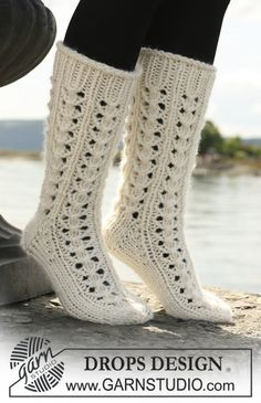 "Ravelry: Long socks in ""Eskimo"" with lace pattern pattern by DROPS design Lace Knitting, Knitting Socks, Knitting Patterns Free, Knit Patterns, Free Pattern, Knitting Tutorials, Stitch Patterns, Crochet Socks Pattern, Crochet Slippers"