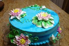 Liz Demonstrates how to pipe Water Lilies on a cake and how to create a water effect in Buttercream.