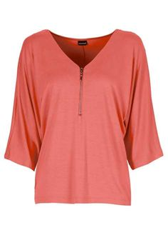 Veja agora:Com esta blusa maravillhosa, você terá a parceira ideal para combinar seu estilo para várias atividades diferentes. Com decote em V enfeitado com um zíper e mangas morcego, esta blusa combina tanto com saias lápis, como com calças de tecido. Dica: Colares em formato V combinam muito bem com esta peça. Modest Outfits, New Outfits, All Fashion, Plus Size Fashion, Western Tops, Moda Casual, My Style, Mens Tops, How To Wear