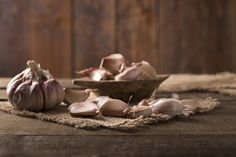 garlic used as home remedy for strep throat Home Remedies For Strep, Strep Throat Remedies, Home Remedies Beauty, Natural Cures, Natural Health, Garlic Uses, Healthy Skin Tips, Sore Throat, Healing Herbs