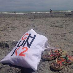 Buongiorno!  Un po' di mare per il Team Cäef che vi augura buone vacanze!  #chunk2 #chunkè #teamcaef #artists #pic #photography #havaianas #flipflops #sea #sand #summerholidays #italiansummer #art #bag #chunk2bag #beach #riviera #seeyousoon