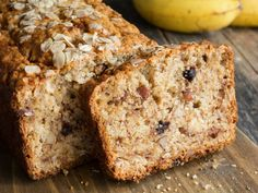 Homemade banana bread loaf with walnuts and chocolate chips sliced on wooden cutting board. My Recipes, Baking Recipes, Favorite Recipes, Homemade Banana Bread, Plum Cake, Healthy Sweets, Yummy Cakes, Cupcake Cakes, Snacks