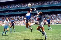 Hand of God. Diego Maradona and Peter Shilton (Argentina England - 1986 FIFA World Cup Quarter-finals - Tommie Smith, Mexico 86, Mexico City, Football Mondial, Diego Armando, Rare Historical Photos, World Football, Football Players, Retro Football