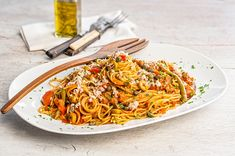 Wholemeal spaghettini with tuna sauce – Pie house Food Categories, Mediterranean Recipes, Greek Recipes, How To Cook Pasta, Cherry Tomatoes, Tuna, Food Dishes, Green Beans, Seafood