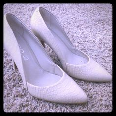 Cream/Off-White ALDO Faux Snakeskin Heels Beautiful heels to dress up any outfit! Great condition! ALDO Shoes Heels