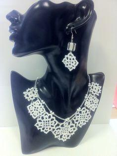 gioielli realizzati all'uncinetto,dipinto a mano nei toni del bianco ,vetrificati,con l'aggiunta di glitter bianchi.Girocollo con elementi di forma romboidale,e filo di perline in tinta.Orecchini in tema con perla quadrata sfumata
