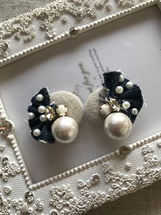 ナチュラルボタン×コットンパール×デニムフリンジピアス Bead Embroidery Jewelry, Textile Jewelry, Fabric Jewelry, Beaded Jewelry, Jewellery, Diy Hair Accessories, Handmade Accessories, Handmade Jewelry, Fabric Earrings