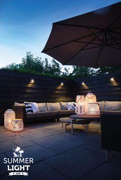 In de reeks SUMMER LIGHTS deze sfeervolle tuin met wandlamp WEDGE DARK die extra sfeer geeft in de zithoek van de tuin.