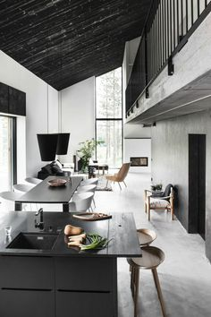 une jolie cuisine americaine sous pente avec plafond noir