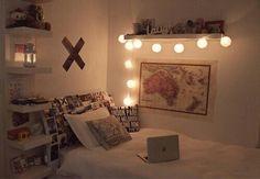 Imagen vía We Heart It #bedroom #girl #lights #night #room