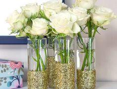 """Si buscas darle un punto """"glam"""" a la deco de tu boda, ¡decora los envases con purpurina! Sólo necesitas pegamento, un pincel y algo de paciencia para fijar poquito a poco los polvos sobre el pegamento y que resulte una capa lo más opaca posible."""