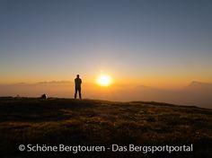 Sonnenaufgang um 5:30 Uhr auf dem Maurerberg (auf 2332m Höhe) auf der Westseite des Gadertals in den Dolomiten in Südtirol, Italien - Foto: Mario Hübner