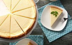 Which cheesecake are you craving today? Blueberry, lemon meringue, mango- there are so many to choose from! Homemade Donuts, Homemade Desserts, Homemade Chocolate, Desserts With Biscuits, Köstliche Desserts, Nutella, Low Calorie Cheesecake, Cheesecake Vanille, Bon Dessert