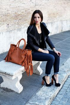 Today I've gone for a dark colour palette with a black jacket, dark blue jeans, black heels and a brown bag. This look is great because it's casual and smart at the same time! Plus these heels are super comfy ;) Oggi indosso una palette scura con questa giacca nera, i jean blu, i tacchi neri ed una borsa marrone. Anche questi tacchi sono molto comodi! ;)